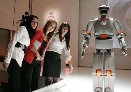 リーム-B(REEM-B)。スペインに拠点を置くPAL Roboticsによって発表されたヒューマノイドロボットの一つ。二足歩行に対応して室内の階段を登ることに対応するとのこと。人間の顔を認識できる。