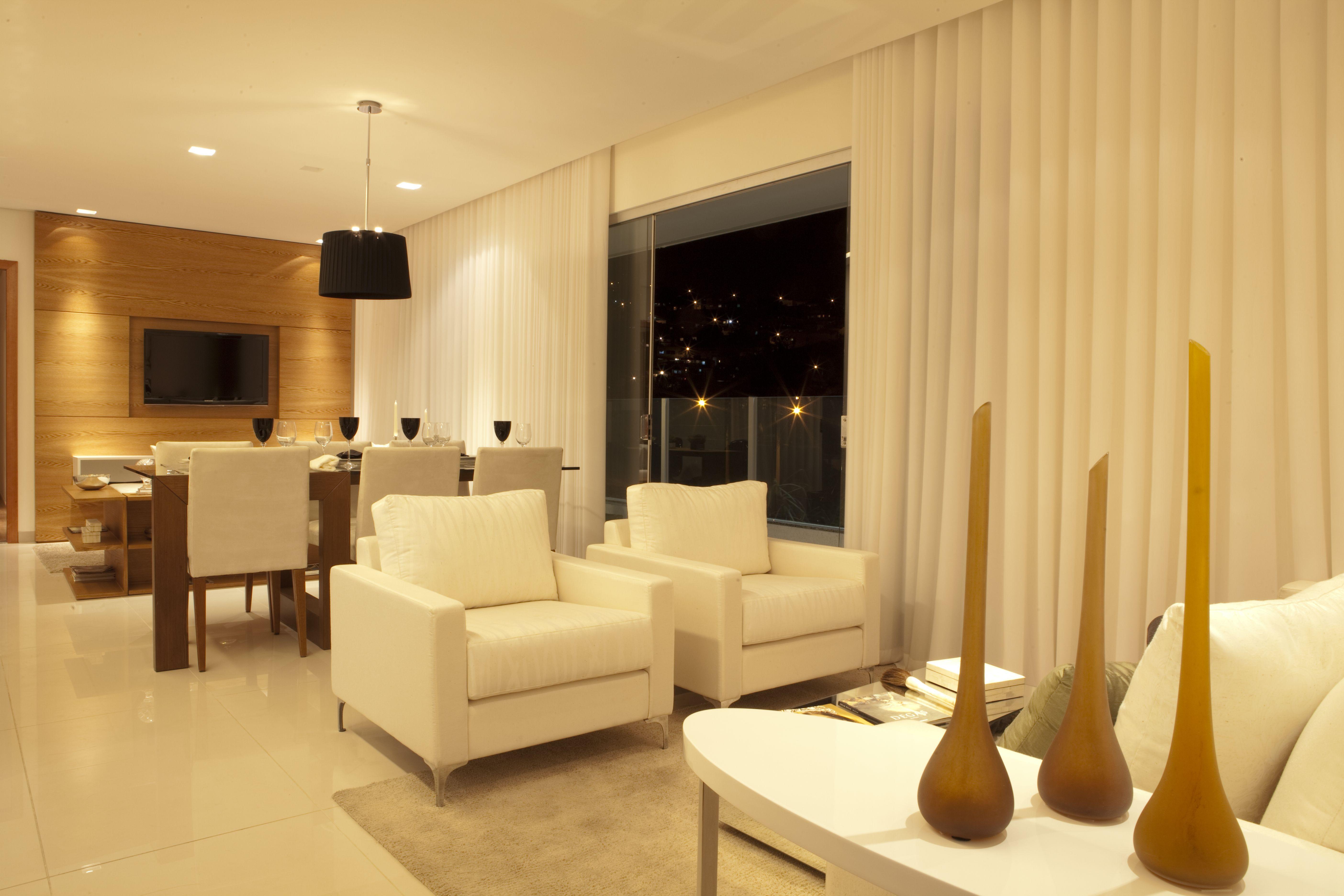 Salas tv, jantar e estar integradas com cores neutras e atemporais. Projeto Arquiteta Viviane Rabelo