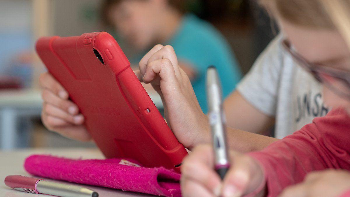 ntv Video: Für rasche Anschaffung: Bund stellt halbe Milliarde für Lehrerlaptops bereit