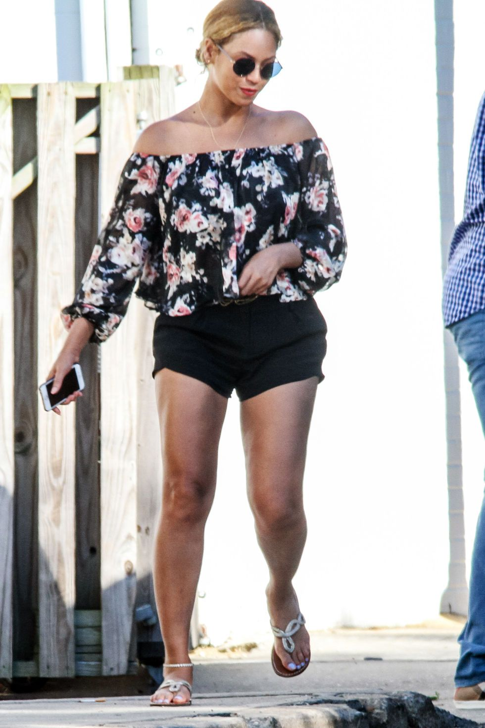 5910cd1c5e Hailey Baldwin s Off-Duty Look Is An Unexpected Pairing From Aritzia ...