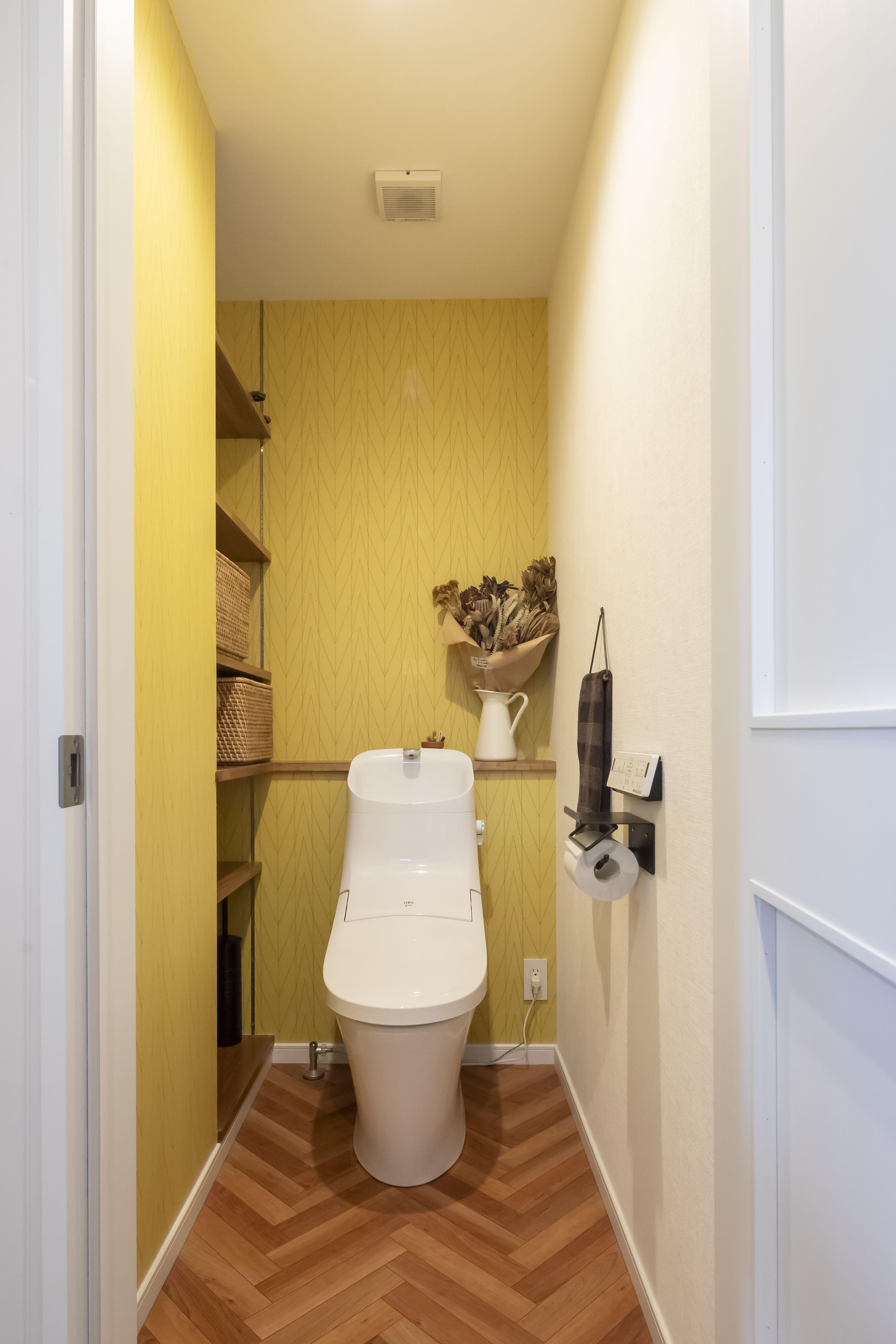 床はヘリンボーン 壁紙は黄色のアクセントクロスです トイレのデザイン トイレ おしゃれ トイレ レイアウト