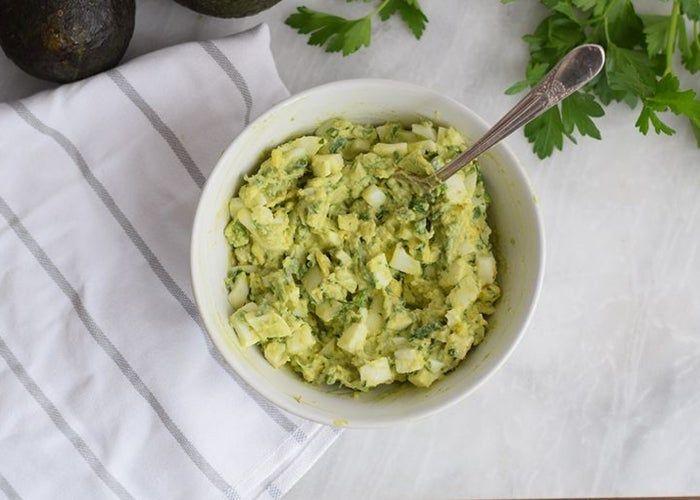 Ensalada de huevo y aguacate, receta paso a paso