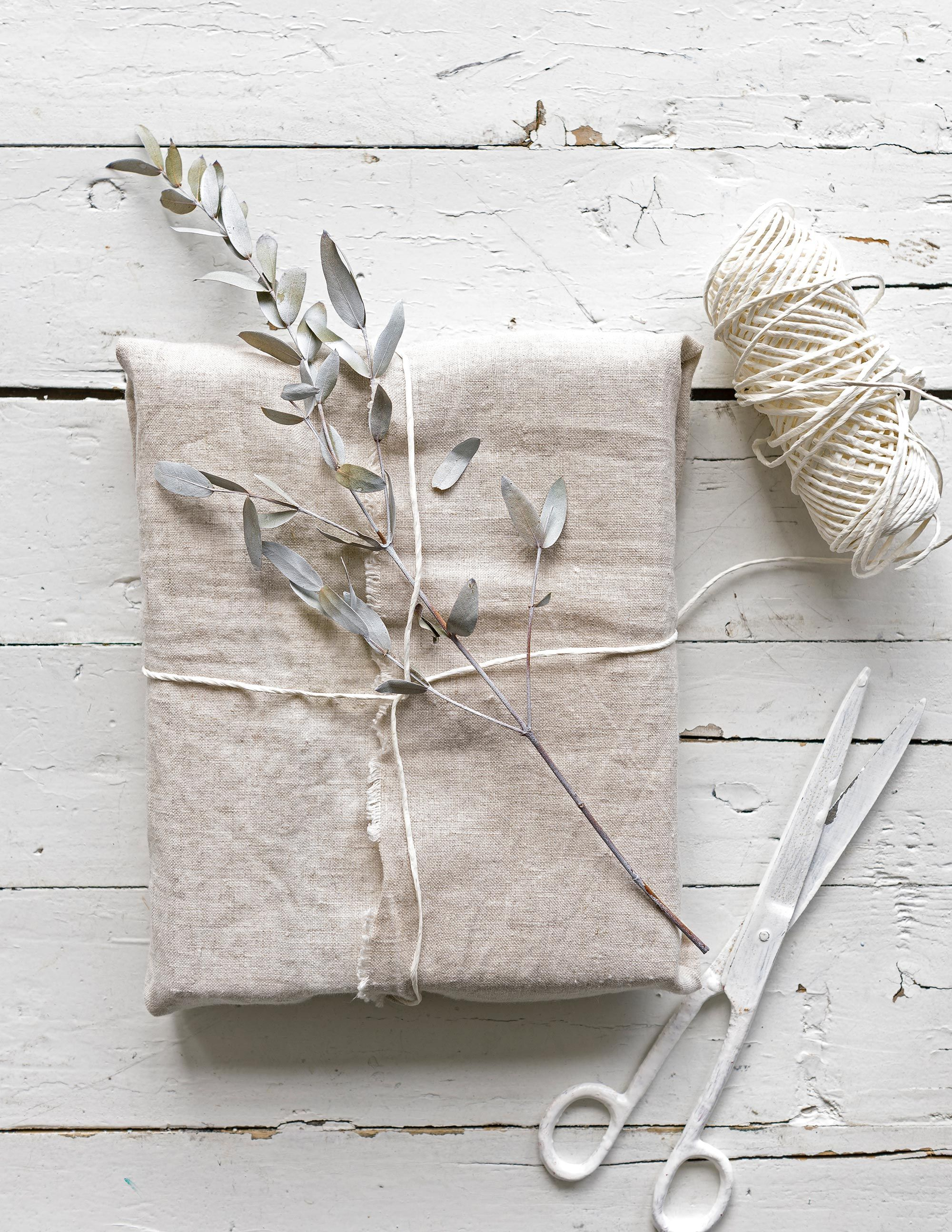 Diy Cadeautje Inpakken In Stof Gift Wrapping Clothes