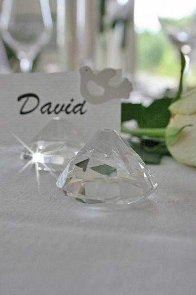 Edle Glas-Diamant-Kartenhalter mit 4 cm Durchmesser und 3 cm Höhe. Die edel glänzenden Kristallglassteine haben eine Einkerbung in der Sie Ihre Pla...