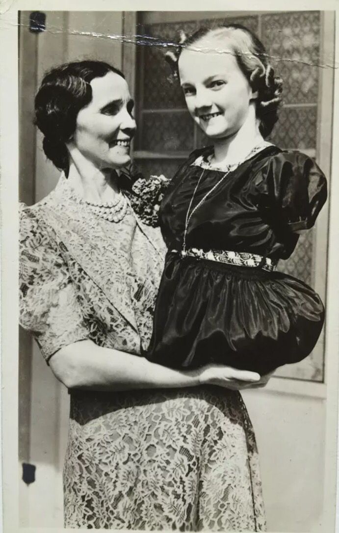 Sideshow Armless Legless Girl Freda Pushnik With Her Mother Seen Here In This 1947 Photo