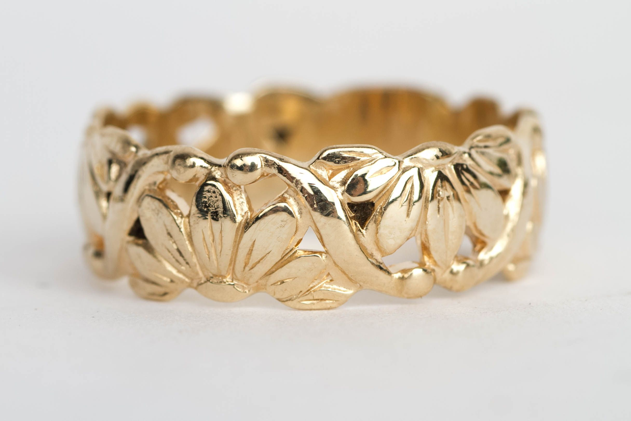What a beautiful band! It was made by ArtCarved. It has