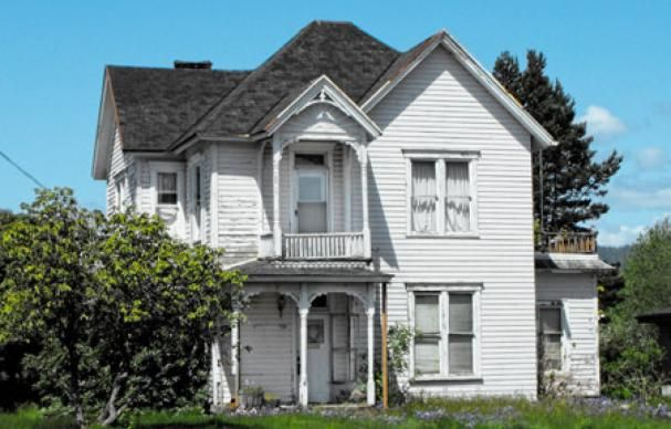 Save This Old House Quaint Queen Anne On The Oregon Coast Old Houses House Abandoned Houses