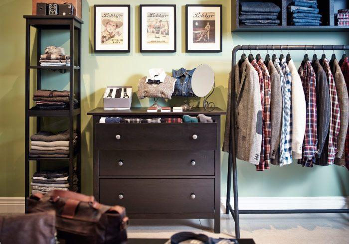 Zona de exposición formada por una estantería, una cómoda y una barra para ropa