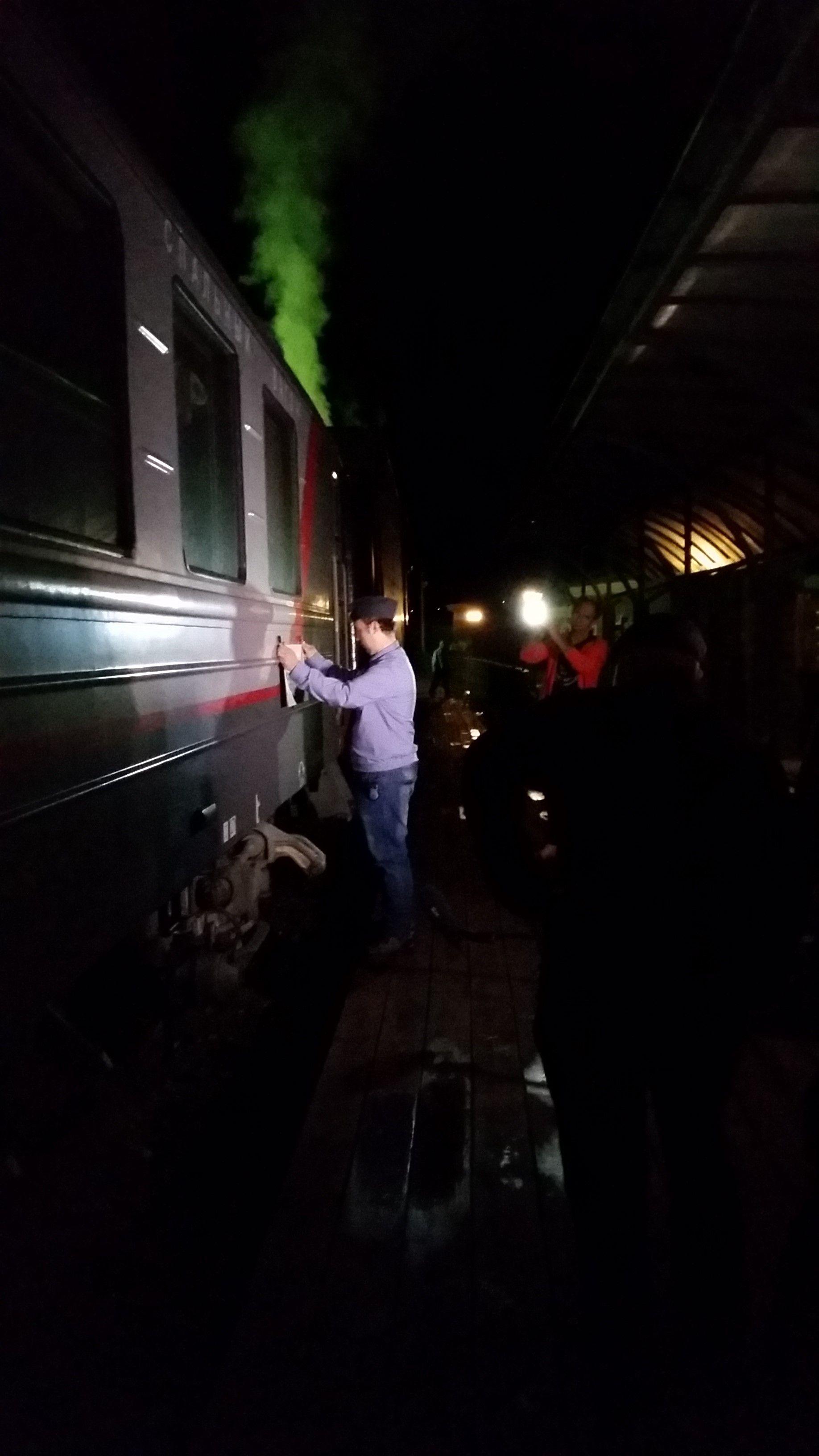 Wir sind endlich angekommen! Es ist ein bewegender Moment, als der Zug den Zielbahnhof Port Baikal in der Dunkelheit erreicht. Das Zuglaufschild wird symbolisch abgenommen, währen unter fast gespenstiger Stille nur die Dampflok vor sich hin zischt. Da blieb das ein oder andere Auge nicht trocken.