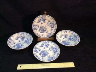 CHELSEA TOILE BY QUEEN'S DISHES. TWO BOWLS AND TWO SMALL PLATES. STAND NOT INCLUDED. MADE IN COLOMBIA
