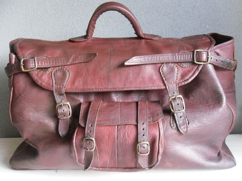 e65e8d67d1d Schitterende vintage donkerrode leren reistas tas weekendtas. $100,00, via  Etsy.