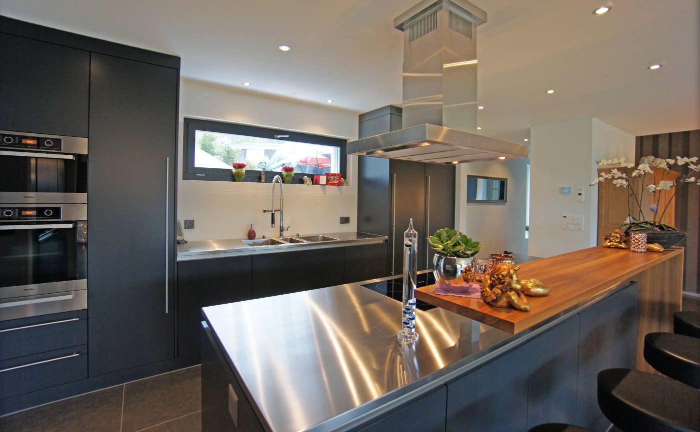 Moderne 8-Zi Villa:Weitläufiges Wohnzimmer mit Pool-Bereich ...