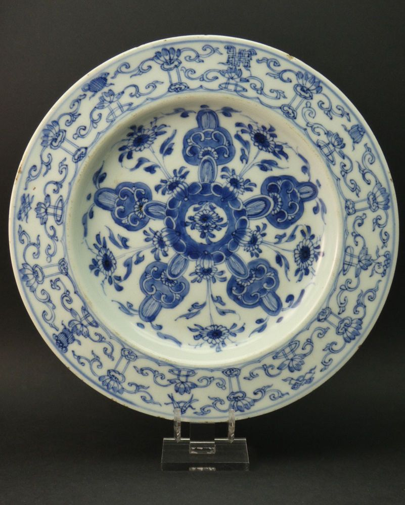 Qianlong dragon pattern of blue and white porcelain plate in ancient China
