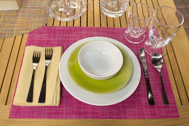 Tischdeko Geschirr weiß-grün und rosa Tischset Farbtupfer