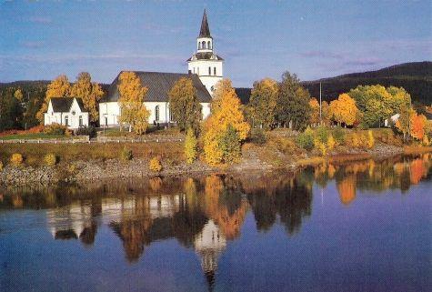 Herfstbeeld, Kerk in Stöde aan het Stödesjön.