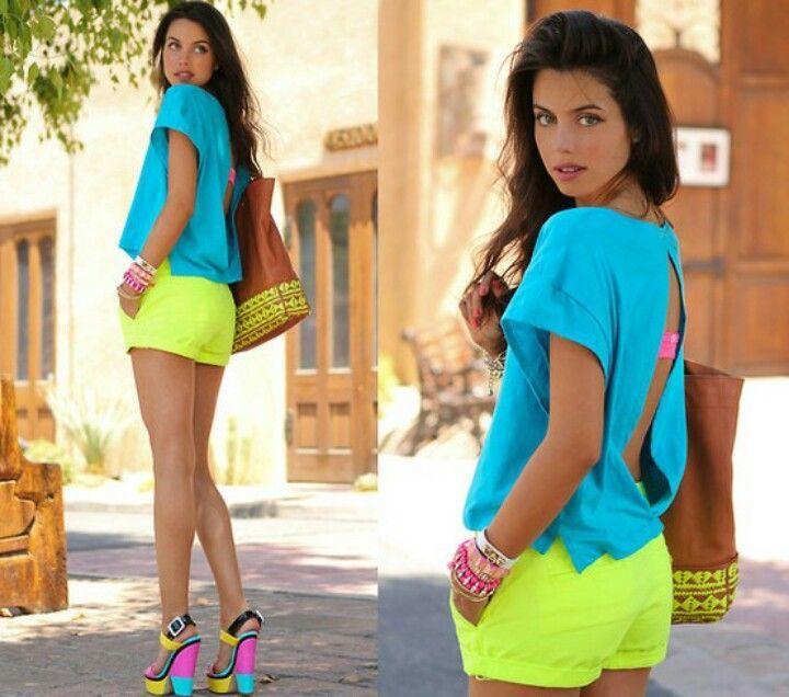 Short amarillo neon, blusa turquesa y zapato amarillo, turquesa y rosado neon