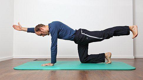 Kräftigung der Rückenmuskulatur: Ausgangsstellung ist der ...