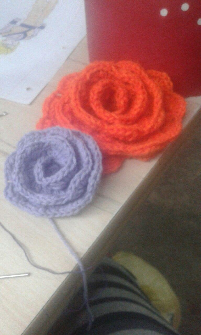 Lo hice con un tutorial de un pin de flores tejidas que guarde como quedaron...