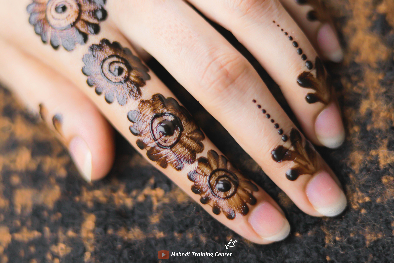 نقش الحناء الجميل البسيط أحدث تصميم نقش الحناء العربي للأيدي الخلفية 2020 Henna Hand Tattoo Hand Henna Hand Tattoos