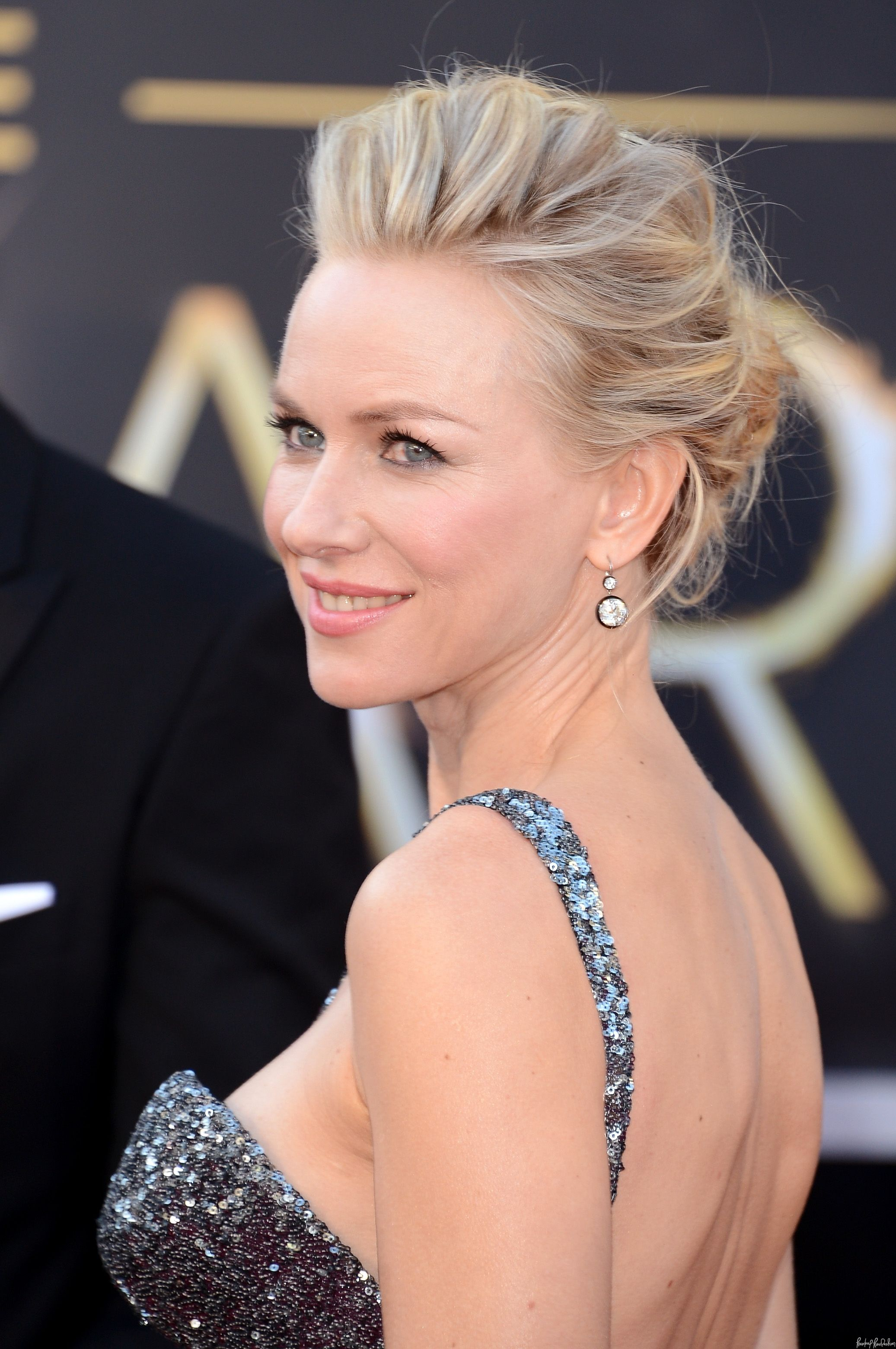 2019 year for women- Get watts naomi perfectly messy oscars updo