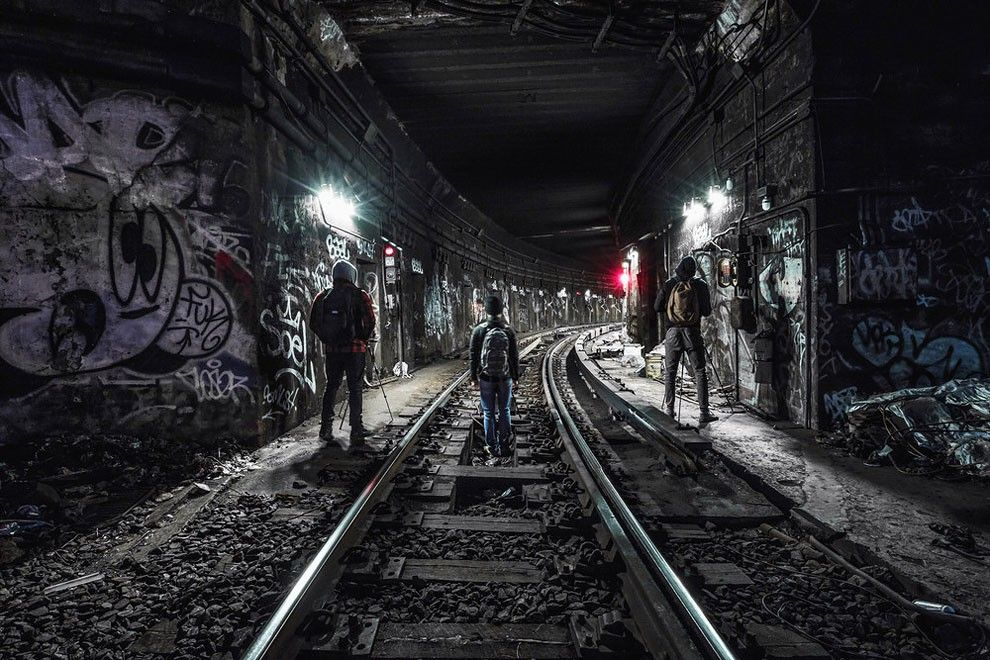 """Photographer Risks Life For Breathtaking Images Of New York City Subway Tracks"" By Dark Cyanide"