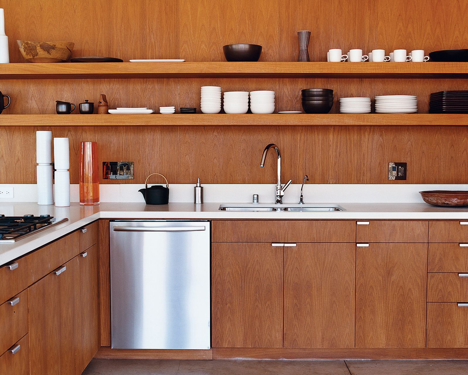 The Kitchen Cabinetry In The Desert House Custom Designed By The Marmol Radziner And Associates Is Smooth Kitchen Decor Kitchen Interior Kitchen Inspirations