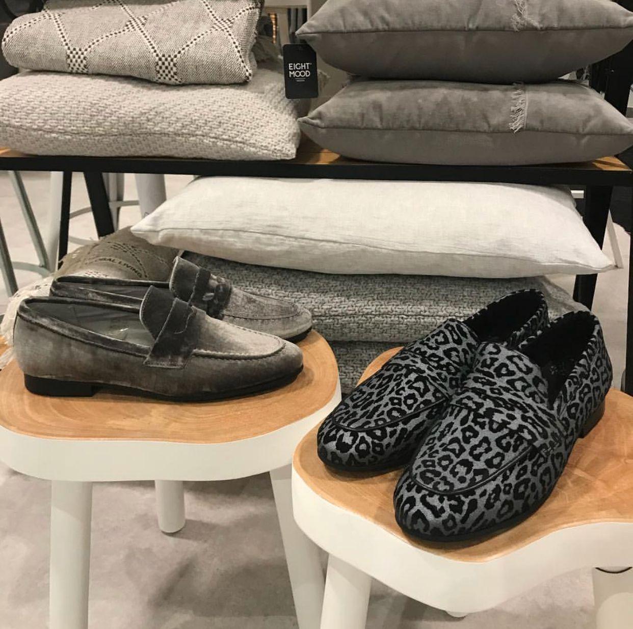 @knhus_lifestyle Nieuw binnen, loafers in grijs fluweel of een gave panterprint 🖤 . #knhuslifestyle #loafers #panterprint #fluweel #Haverstraatpassage #Enschede