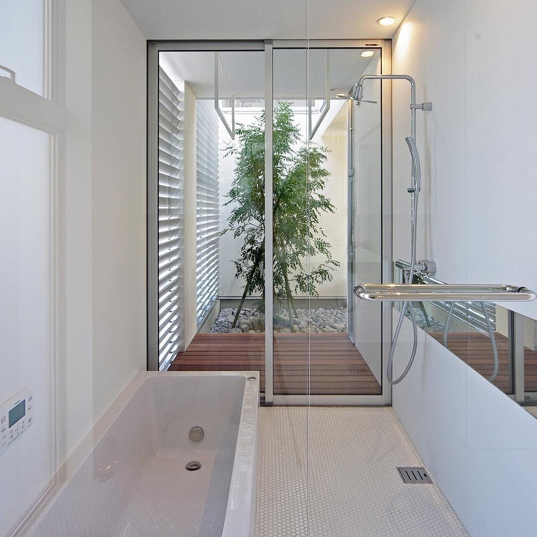 渡瀬の家 2014年竣工 ウッドデッキと坪庭のあるお風呂 まどを開けれ