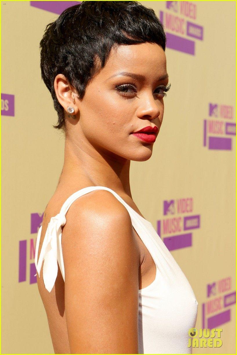 Rihanna Debuts Short Hair On Mtv Vmas 2012 Red Carpet Rihanna Short Hair Rihanna Hairstyles Short Hair Styles