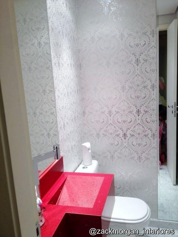 """Exemplo: Lavabo com papel de parede aplicado no """"L"""" entre pia x bacia e faixa vertical de espelho para aumentar a sensação de amplitude quando se entra no lavabo. Projeto Zack&Morgan Interiores #zackmorganinteriores #lavabo"""