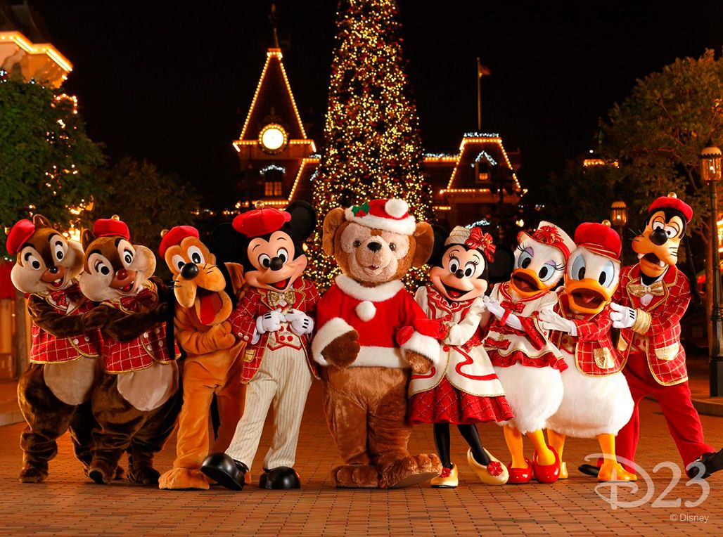 Christmas In Disneyland Hong Kong.Disney Characters Are Dressed For The Holidays At Hong Kong