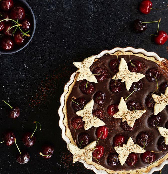 Piirakan täytettä ei aina tarvitse paistaa. Tuoreet kirsikat ja kermainen suklaatäyte sulavat suussa!