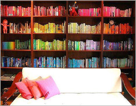 Organizar Libros Por Colores Olvidate De La Crisis Estantes Creativos Diseno De Estanteria Organizacion De Estanteria