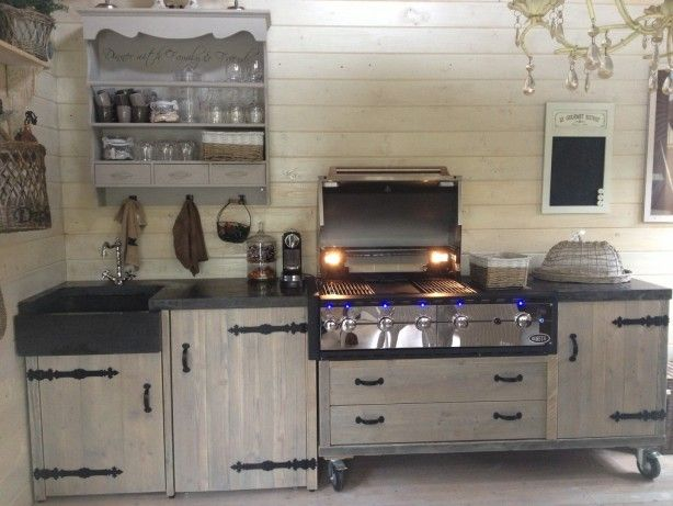 Stoere steigerhout buitenkeuken met bbq voorzien van hardsteen
