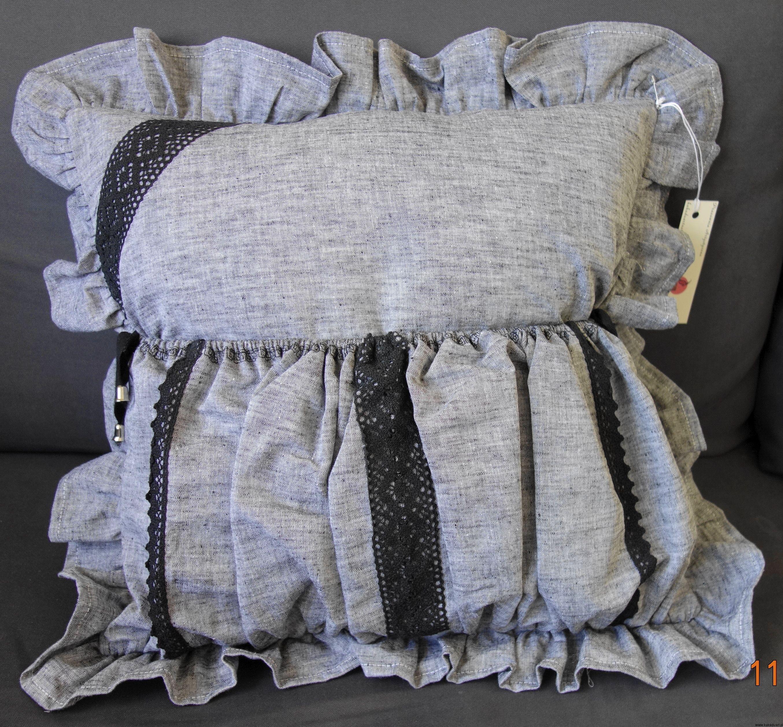 Szara poduszka dekoracyjna z falbanami i z kieszenią i pillows by