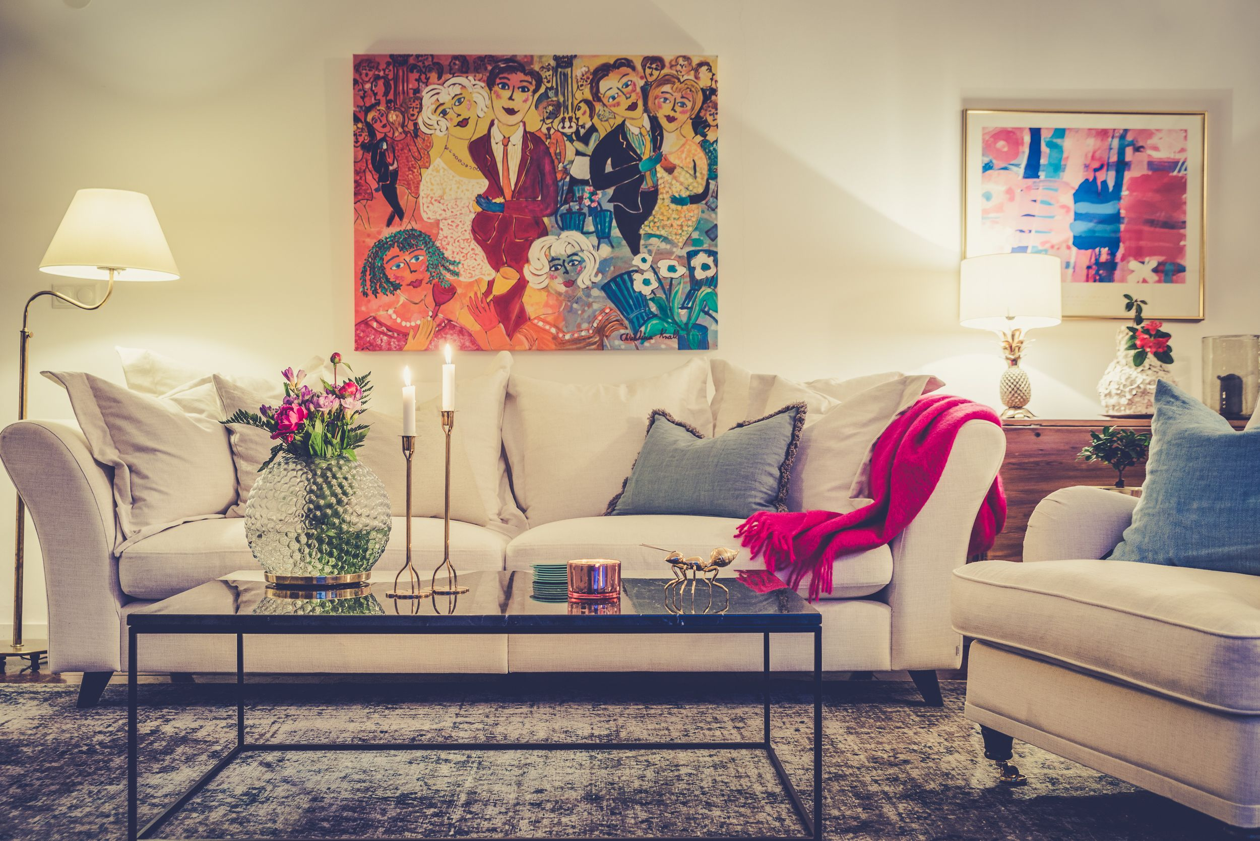 Vit Delfinen soffa och svart Jaguaren marmorbord. Soffbord, marmor, bord, dunsoffa, djup soffa, linne, vardagsrum, möbler, inredning, Lejonet howardfåtölj, fåtölj, howard, foxford, pläd, filt, mohair.