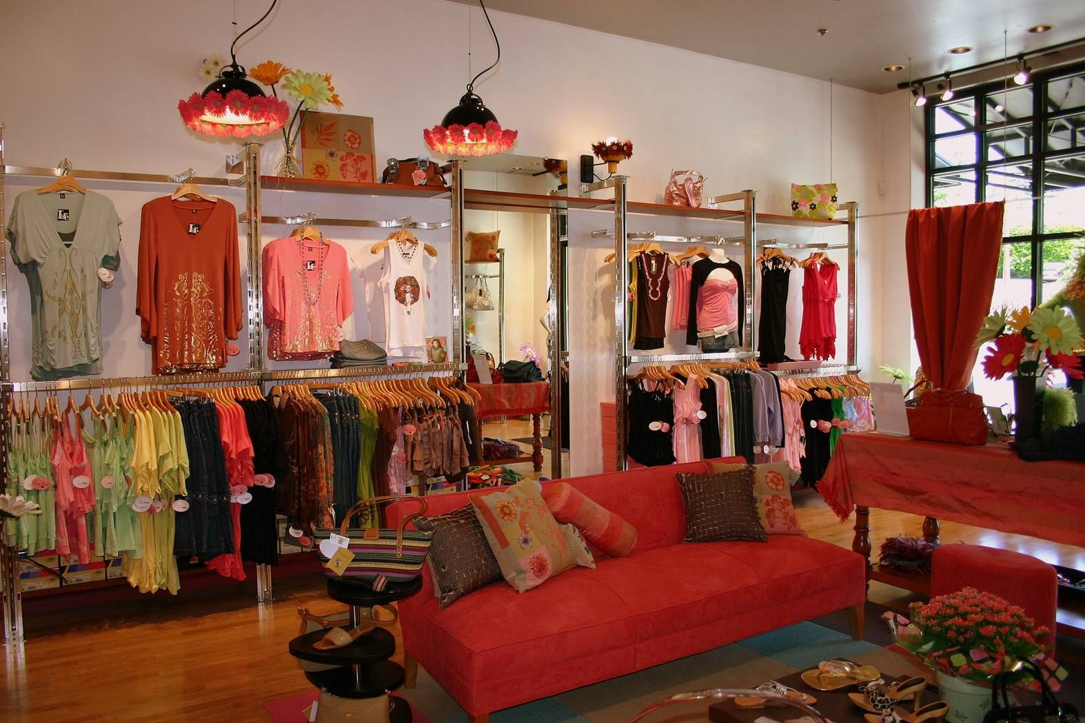 Mititique Boutique: Fashion Boutique Interior With Modern ...