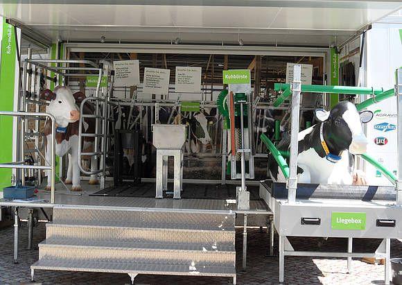 """Das Kuh Mobil an der HTW in Dresden: Von Futter über das Melken bis hin zur Liegebox und """"Wellness"""" für die Kuh zeigt der Kuh Mobil-Anhänger all das auf knapp 10 Quadratmetern. Ein echtes Fangfressgitter, eine Kuhbürste & Co. lassen ein authentisches Stallfeeling aufkommen."""