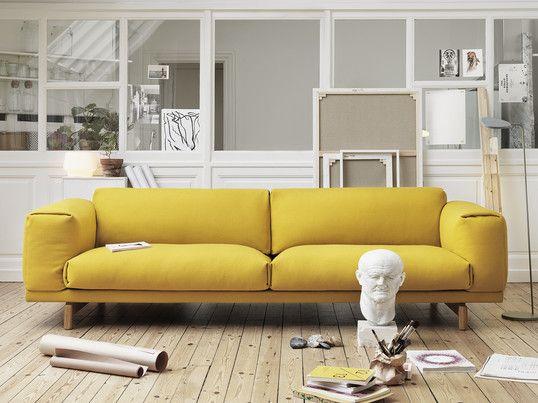 Das Gelbe Sofa Rest Von Muuto Ist Schlicht Kombinieren Sie Es Mit Der Leaf Led Stehleuchte In Grau Fur Ein Skandinavisches Ambient Schoner Wohnen Wohnen Sofa