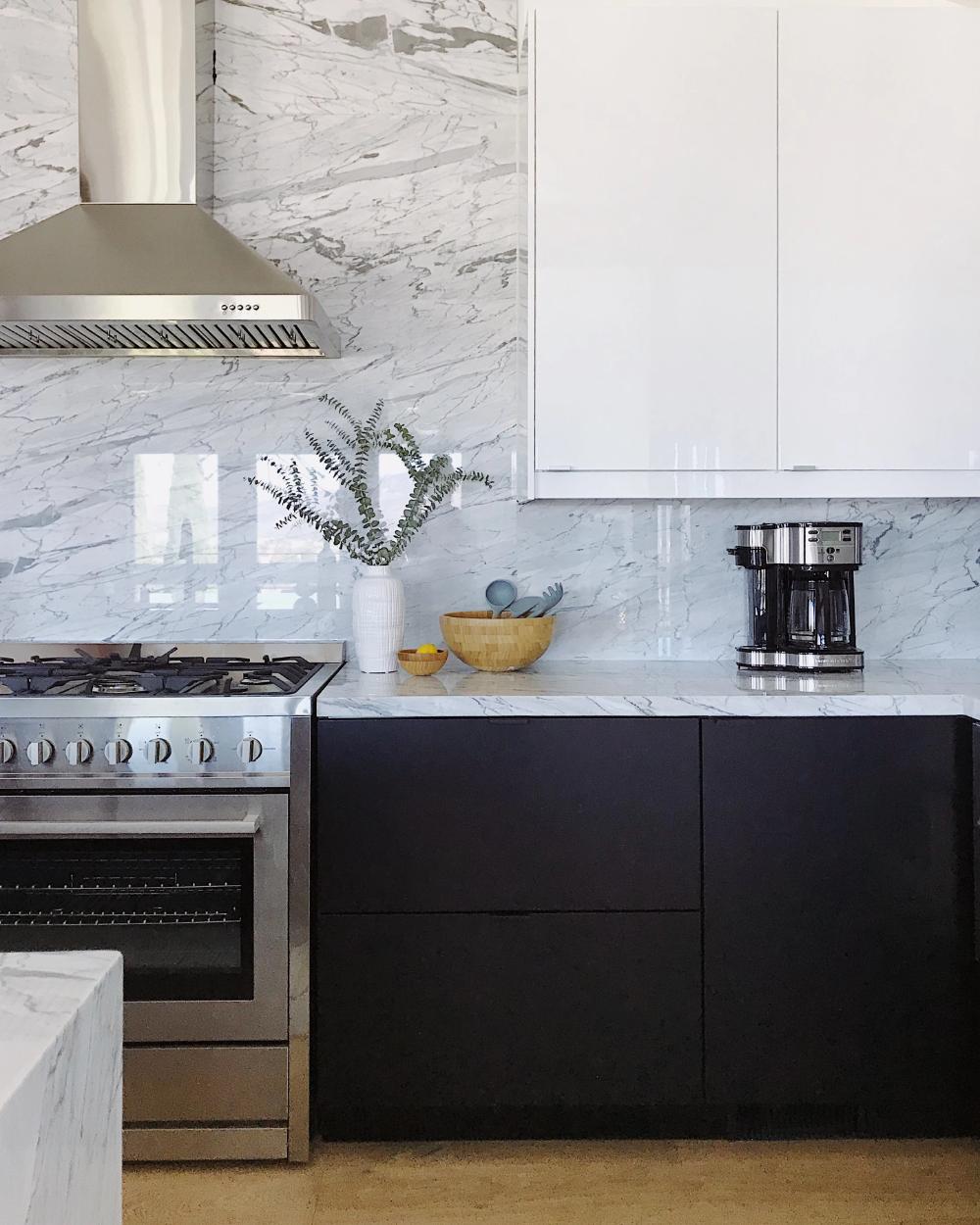 Download Wallpaper White Kitchen With Marble Backsplash