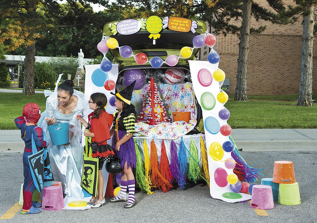 Love the candy buttons out of paper plates & Our Top 8 Trunk or Treat Decorating Ideas | Candy buttons Candy ...