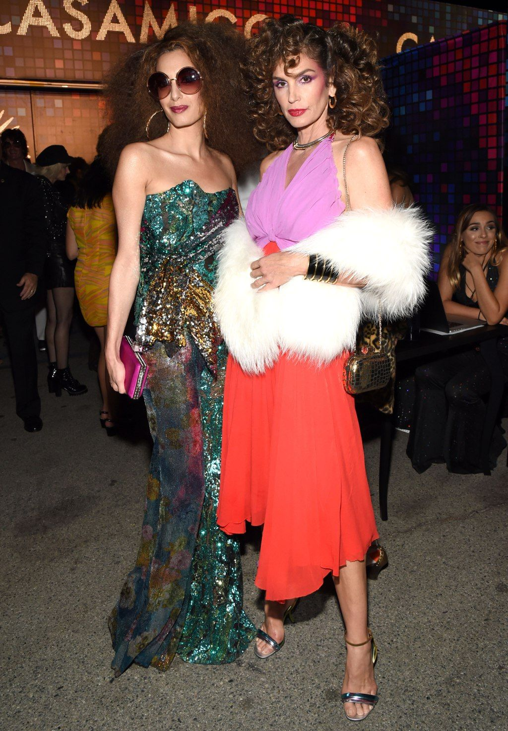 Kostüm Roter Teppich Amal Clooney And Cindy Crawford Embrace Disco Fever With Their