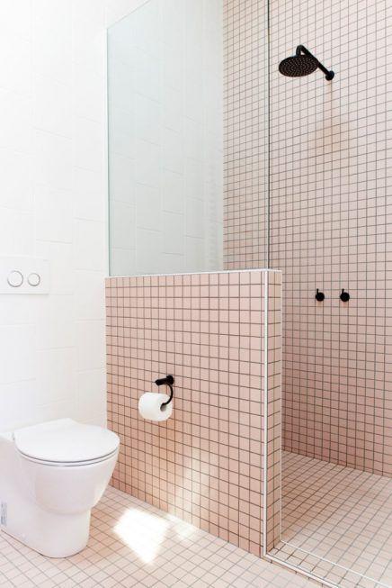 Moderne badkamer met witte en roze tegels - Roze tegels, Tegels en Roze
