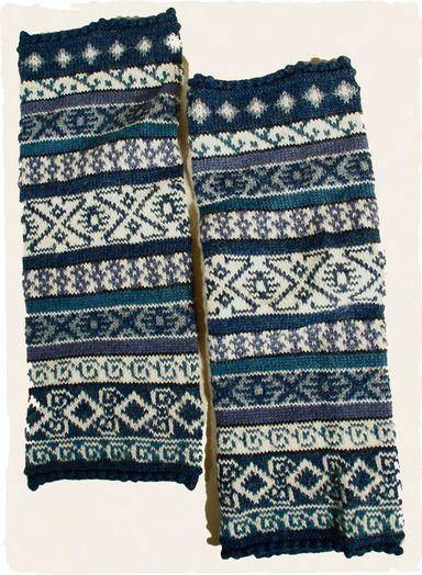 Dem Winter stilvoll begegnen: Die Stulpen sind aus einer Alpakamischung mit einem Fair-Isle-Muster in Lapislazuli und Elfenbein gestrickt; gerippte Kanten.