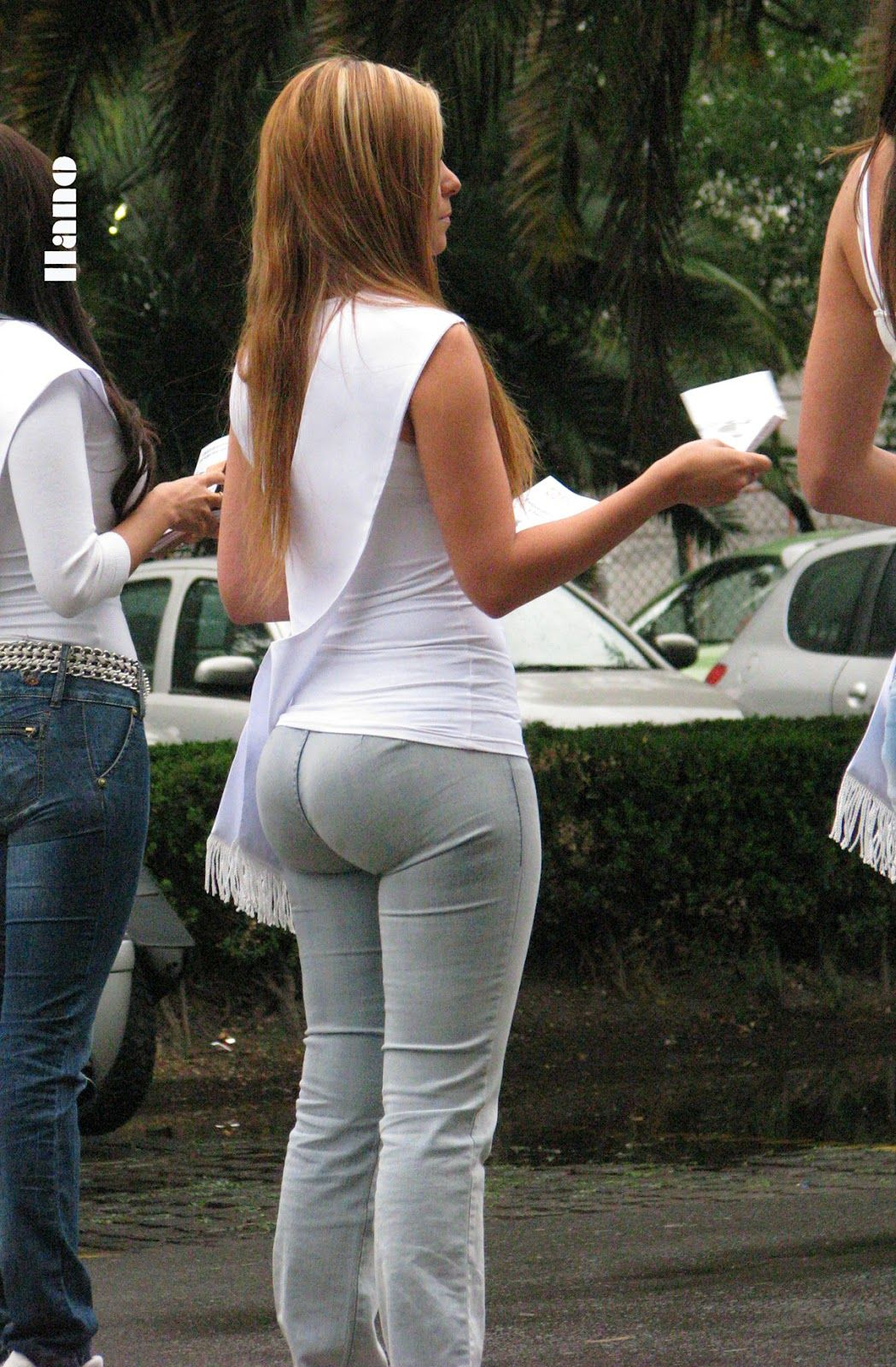 Candid booty milf in grey jeans