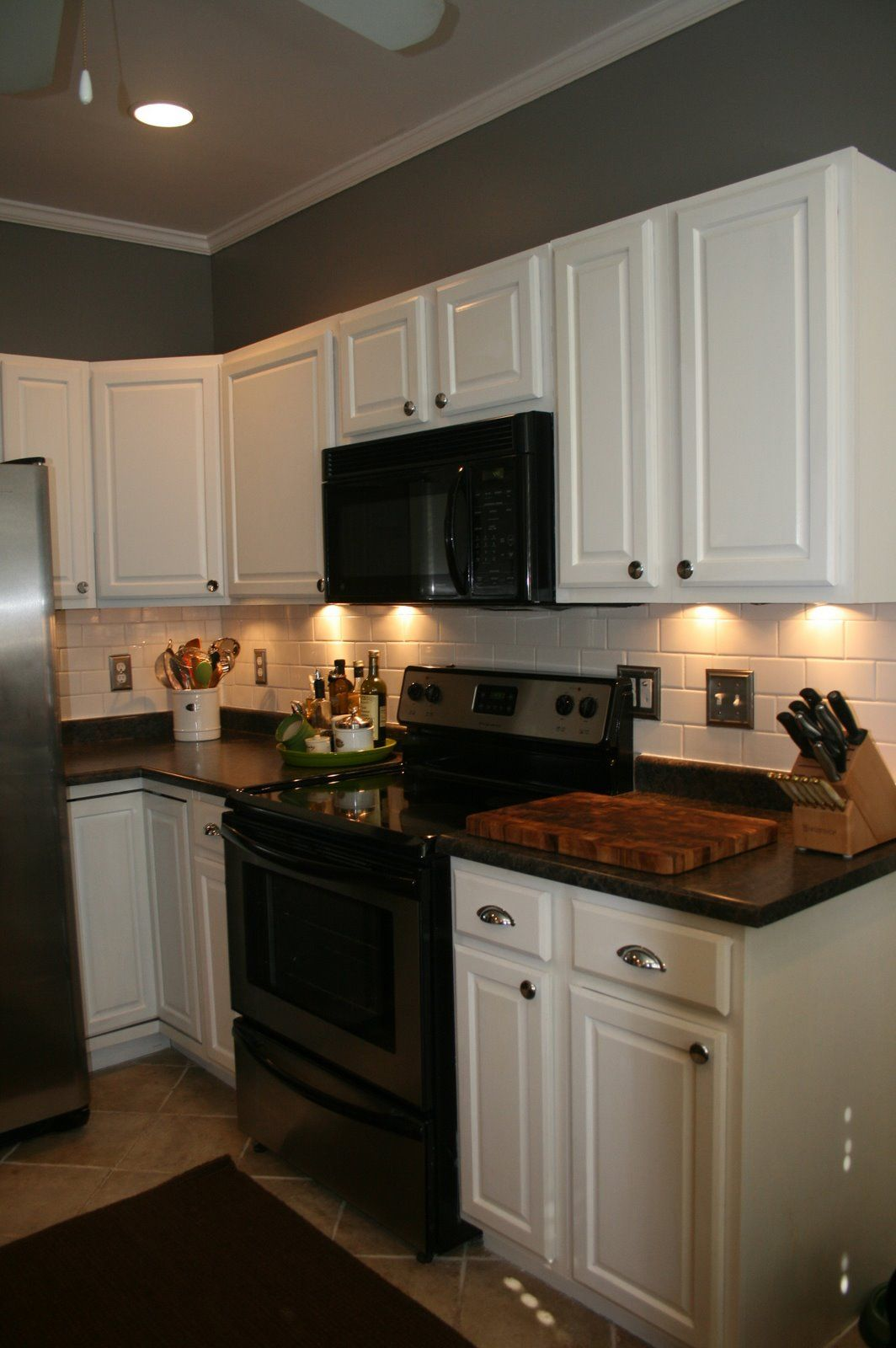 Paint oak cabinets white i don 39 t usually like white for Black kitchen walls