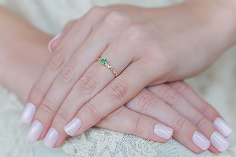 Por que um anel de noivado com esmeralda tem que estar em seu radar ... c6279af19a