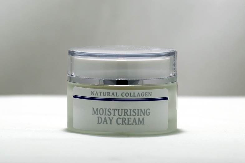 Moisturising Day Cream (50ml)  Exceptional formulation with 3% Matrixyl 3000™ (procollagen) and Natural Collagen that stimulates collagen synthesis and skin repair and provides abundant hydration and vitalisation as it deeply penetrates and moisturises the skin    Contains a high percentage of plant extracts: centella asiatica, Vitamin E, rice bran oil and noni fruit