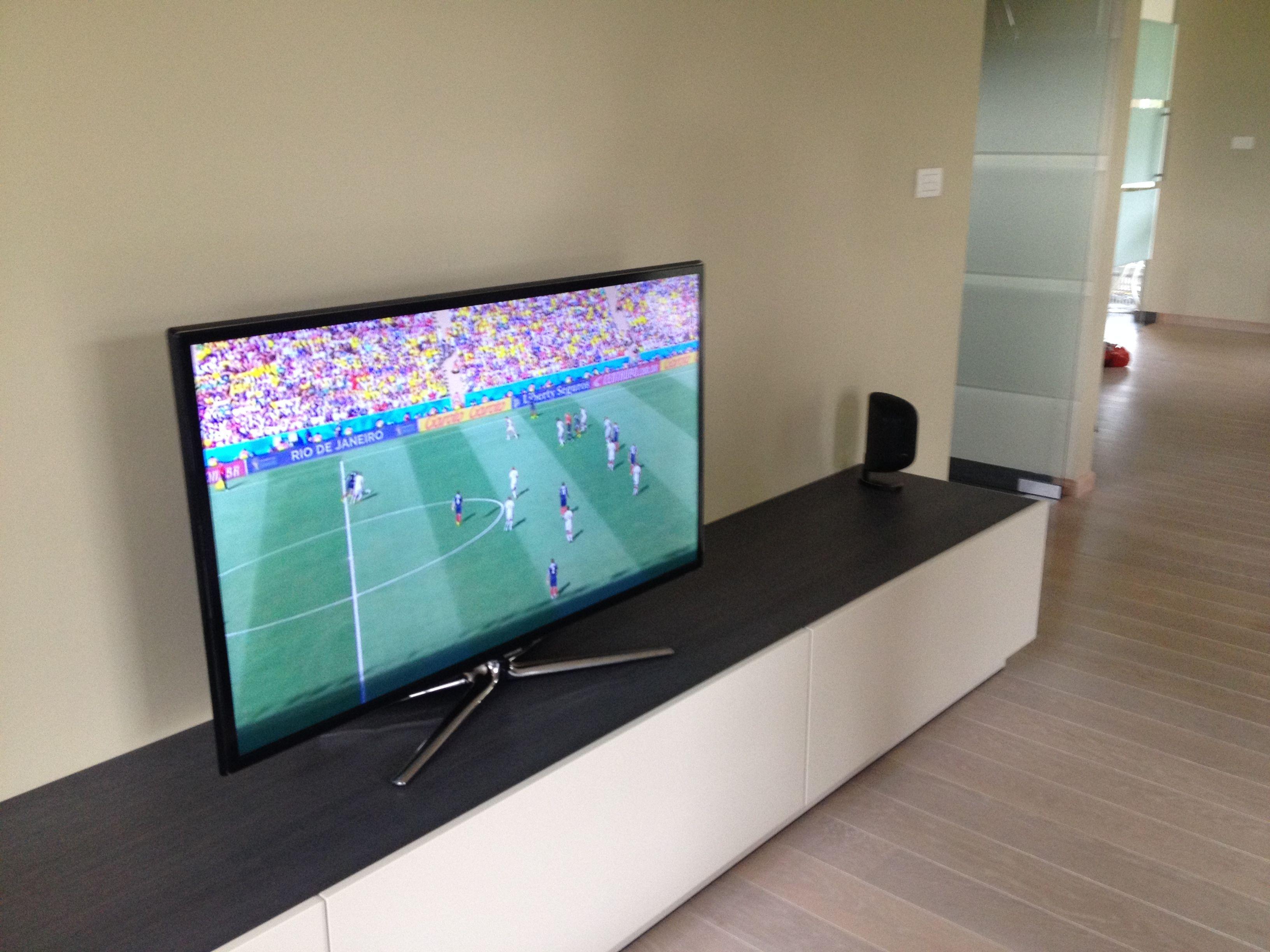 Installatie van een Samsung flatscreen op een op maatgemaakt meubel ...