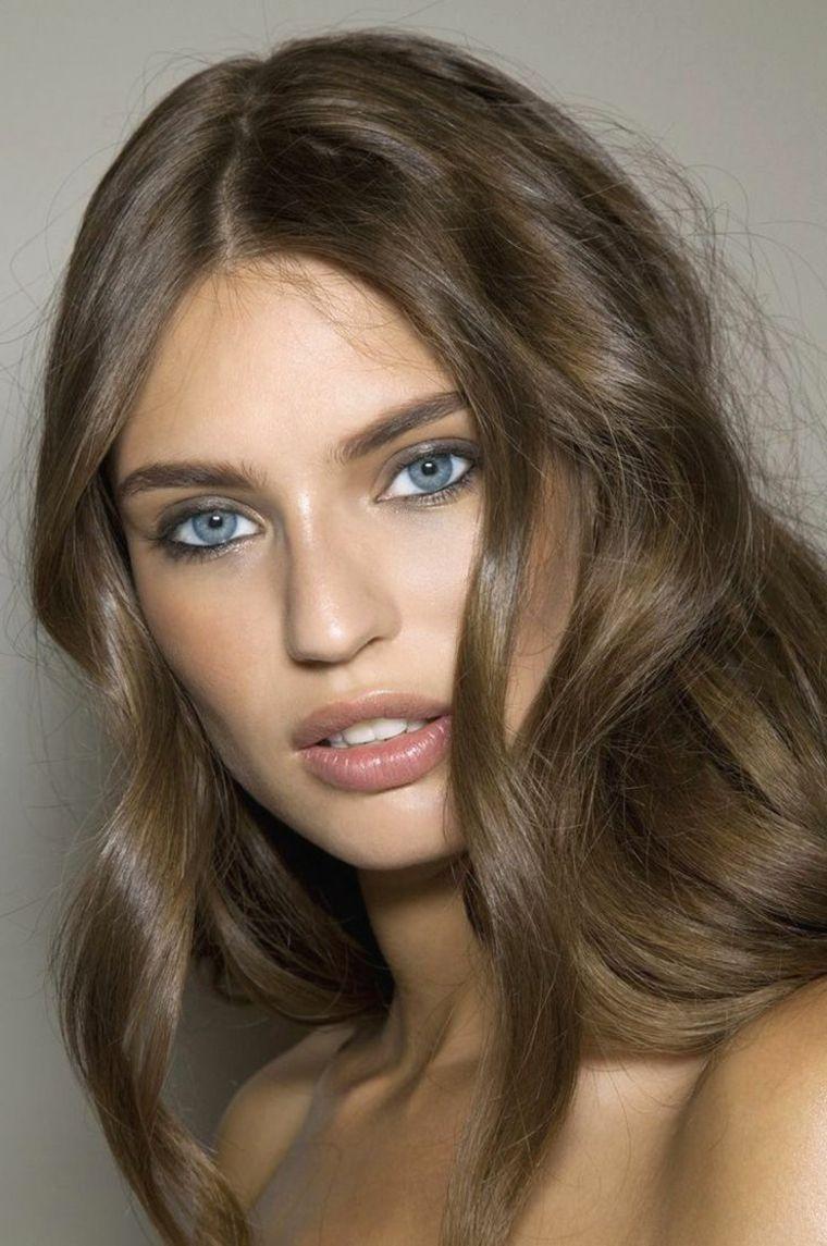 occhi azzurri e labbra carnose, capelli nocciola con una ...